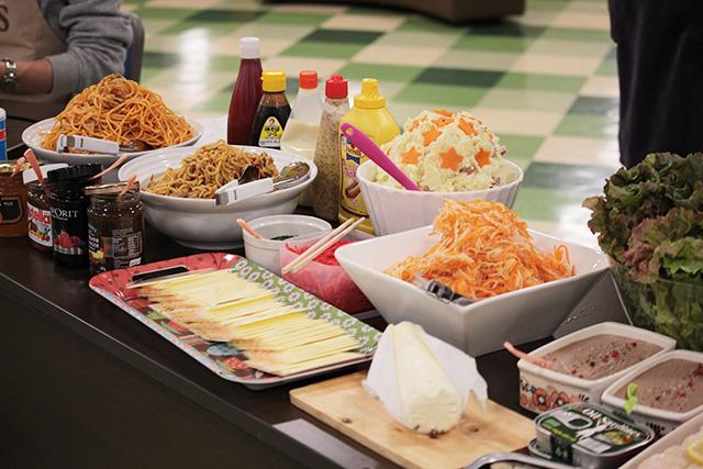 日本のおそうざいも色々な国のパンにはさんでしまおう!