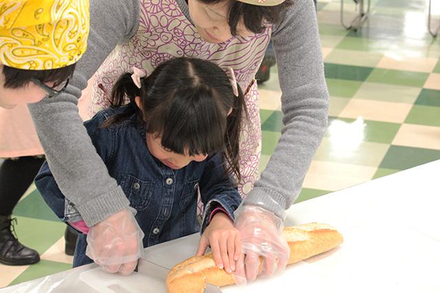 パンを切るところから!今回は包丁をつかったことがある子が多い!