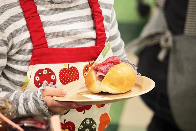 好きなパンに好きなように具をはさんで・・・ハム、サラミ、紅ショウガ!